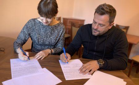 """Минреинтеграции и БО """"100% Жизни"""" подписали Меморандум о сотрудничестве для оснащения медпунктов в сервисных центрах КПВВ"""