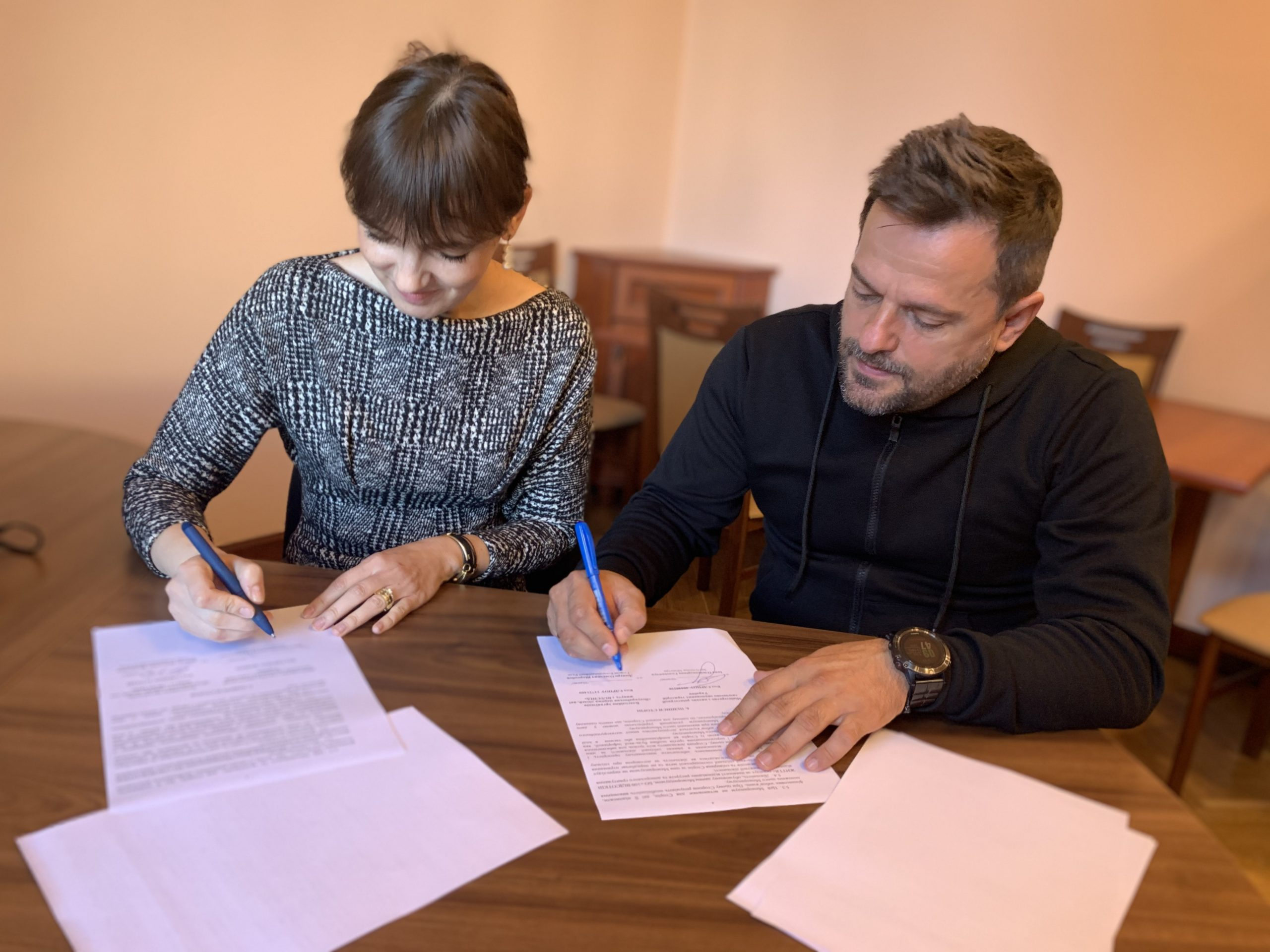"""Мінреінтеграції та БО """"100% Життя"""" підписали Меморандум про співробітництво для оснащення медпунктів у сервісних центрах на КПВВ"""